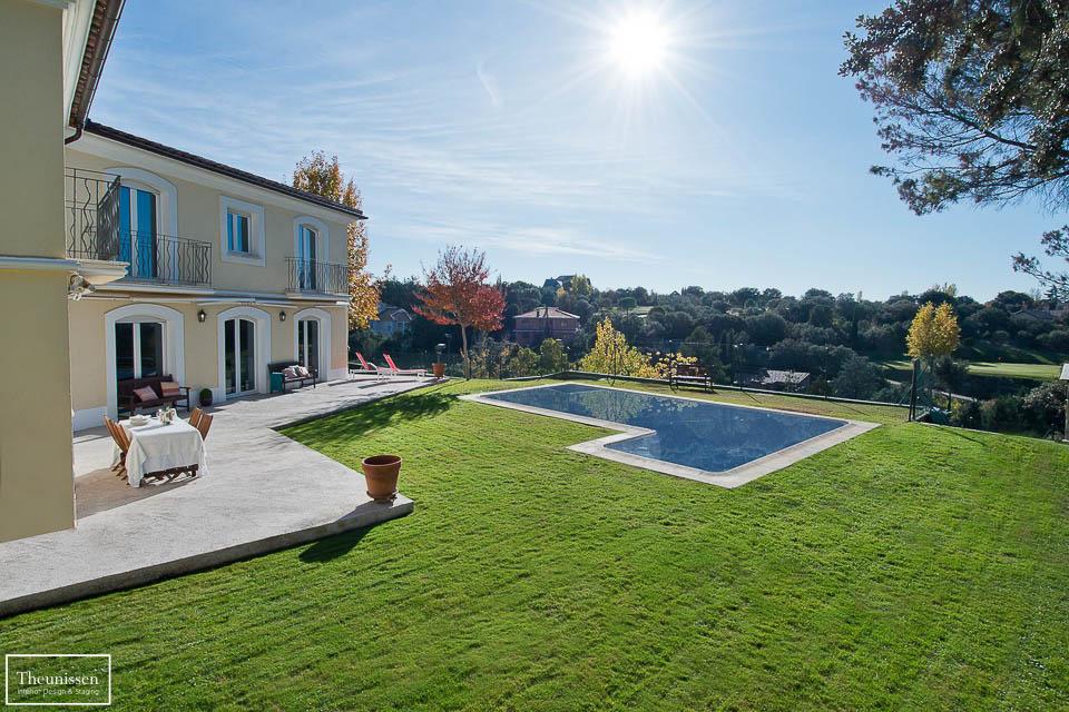 Ambientamos el jardin de este chalet de alto standing en Madrid con técnicas de Home Staging para vender esta propiedad cuanto antes y al mejor precio