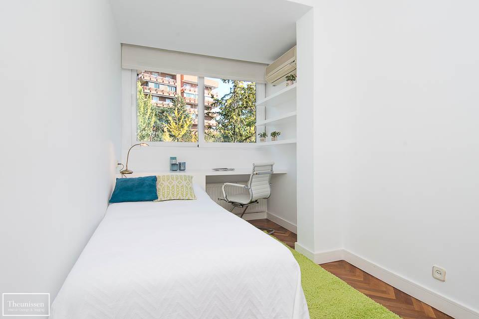 En este cuarto juvenil realizamos un estilismo inmobiliario para despersonalizar este espacio.