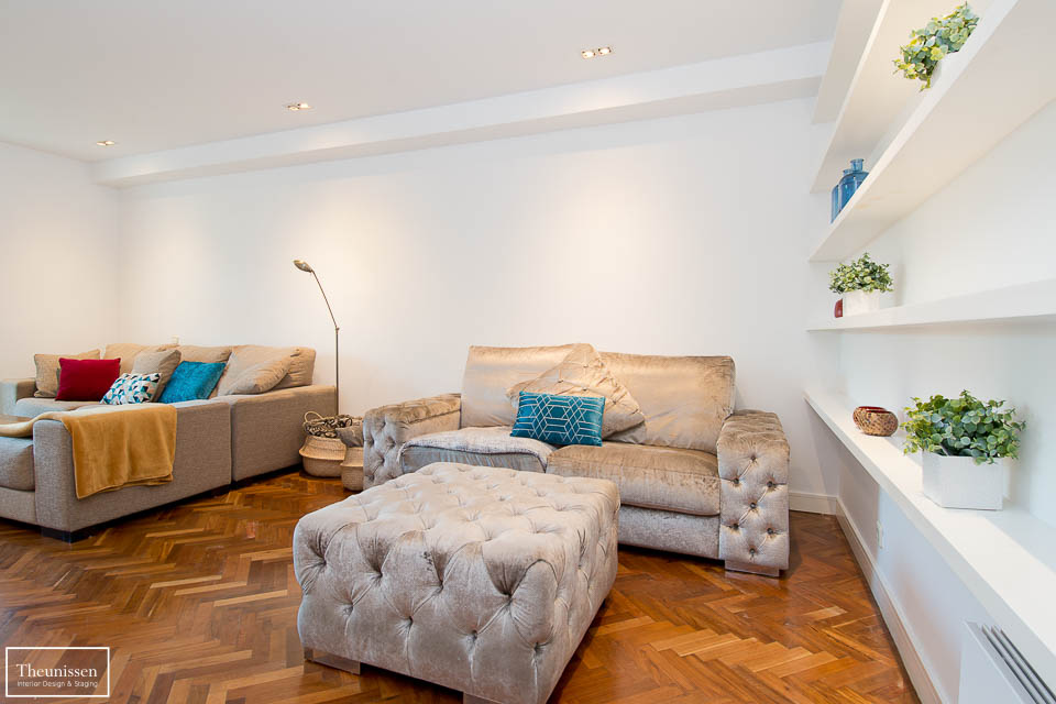 Realizamos un lavado de cara en este piso destinado al alquiler en Madrid. Redistribuimos los muebles y añadimos elementos decorativos como cojines