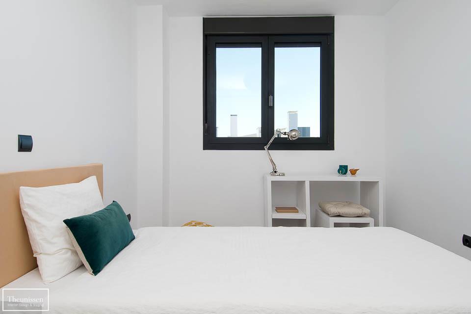 Realizamos un home staging en este dormitorio individual con una cama y un escritorio de cartón.