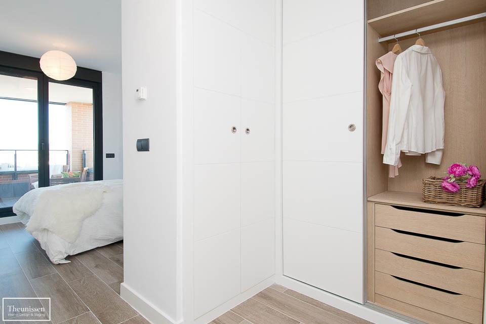 Ambientamos el vestuario de esta vivienda en Montecarmelo para cuasar una buena impresión para los compradores.