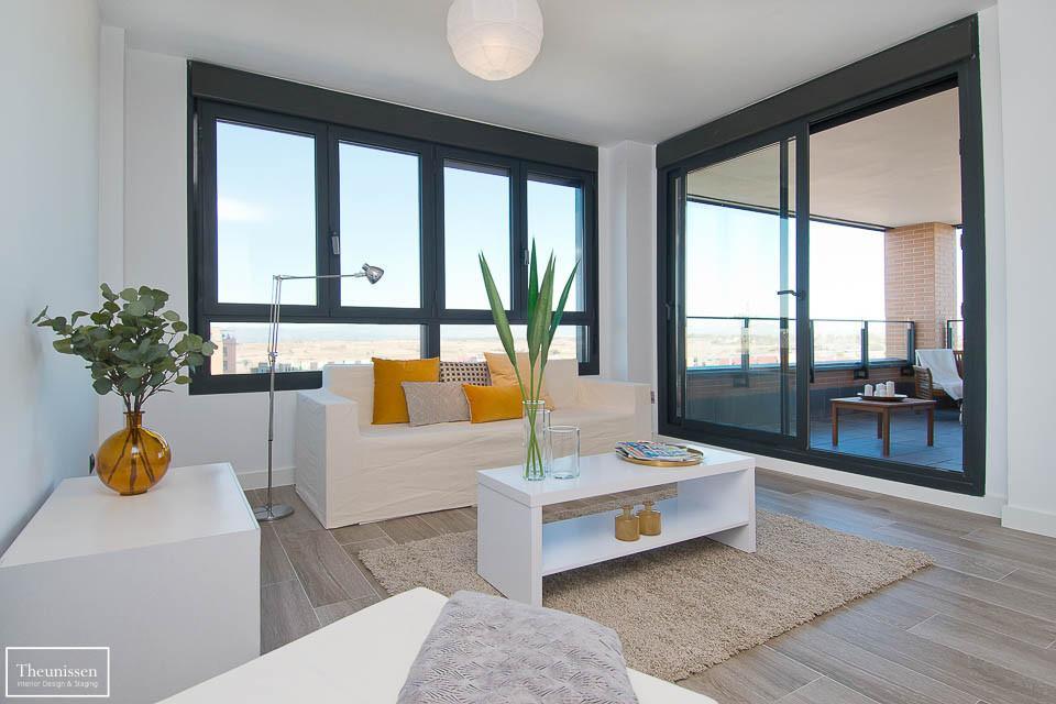 Home Staging de un salón de una casa en una zona prime de Madrid. Alquilamos al cliente una combinación de mobiliario real y mobiliario de carón en alquiler.