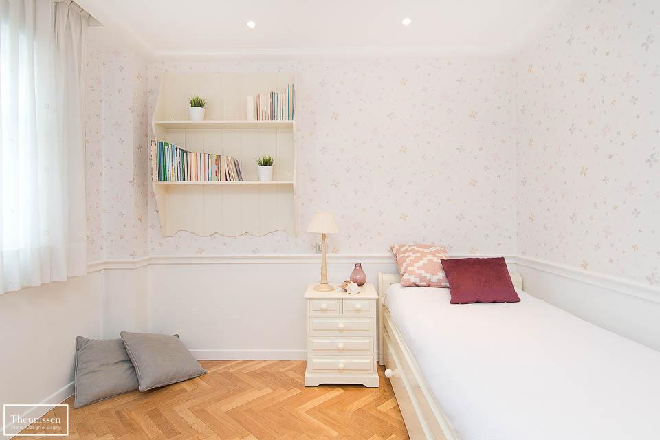 Deoración de un dormitorio individual de una casa de alto standing en Pozuelo en Madrid para su venta