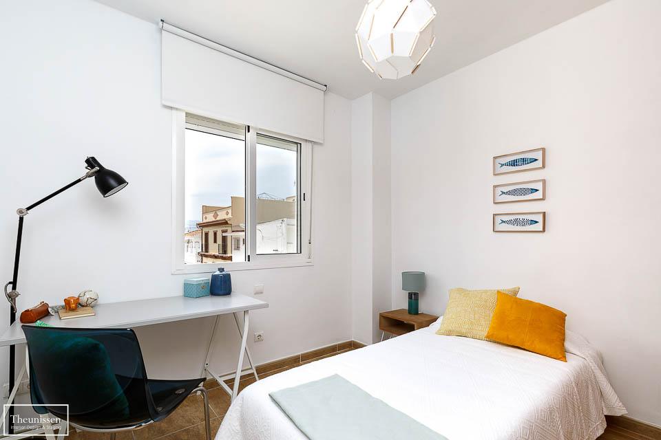 Dormitorio individual de un piso vacío amueblado por Theunissen