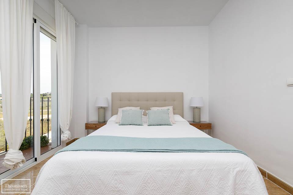 Decoración dormitorio principal de un piso piloto en tonos suaves que invitan al descanso.