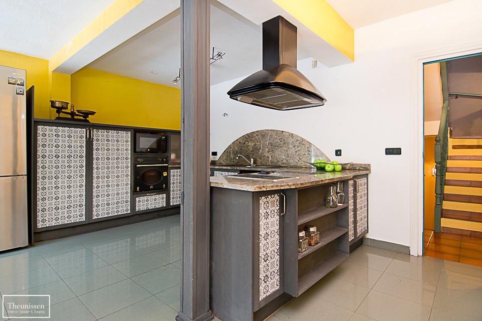 home-staging-chalet-habitado-Valdemorillo-Madrid-cocina-amarillo-gris