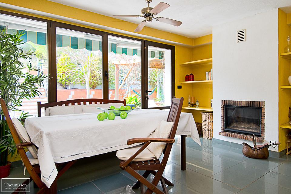 home-staging-chalet-habitado-cocina-amarillo-gris-manzanas-artificiales