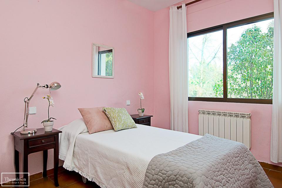 home-staging-chalet-habitado-valdemorillo-dormitorio-rosa-gris