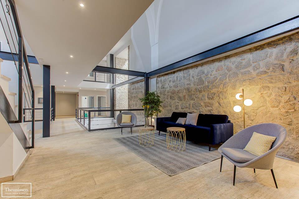 Diseño de interiores de espacio común de un edificio de despachos destinados a su venta