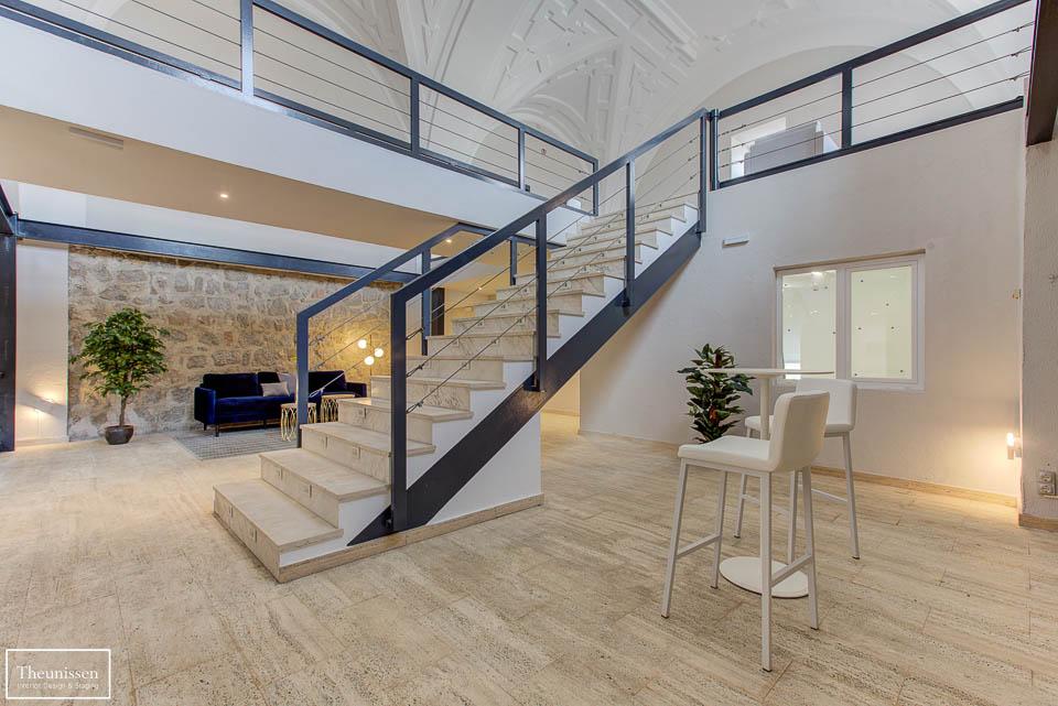 Decoracion con taburetes blancas altas este espacio común