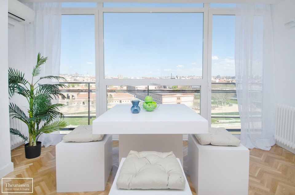home_staging_en_salon_con_vistas_a_madrid_rio_marked
