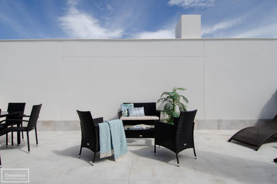 decorar-terraza-piso-piloto-madrid-con-muebles-temporales