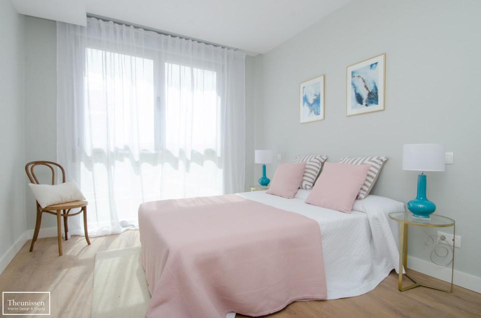 dormitorio_piso_piloto_lampara_turquesa